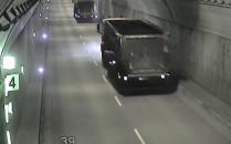 Ciężarówki rozsypują węgiel w tunelu pod...