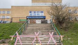 Zamurowane schody do przychodni. Urzędnicy liczą na tańszy remont