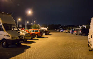 Parking przy cmentarzu pełen aut nawet nocą