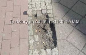 Dziury w chodniku z kostki w centrum Gdańska