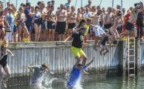 201 skoków z molo do wody po 50 zł każdy....