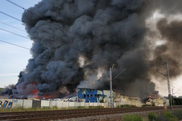 Pożar w Gdańsku Oruni. Paliły się hale przy Trakcie św. Wojciecha