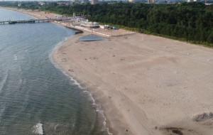 Szeroka plaża obok molo w Brzeźnie zachęca do odwiedzin