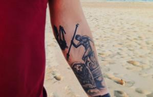 Z wakacji przywożą wspomnienia, zdjęcia i... tatuaż