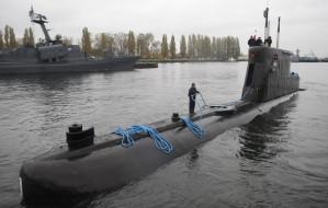 Okręt podwodny ORP Bielik wchodzi do Remontowej