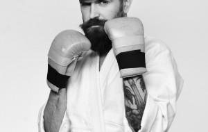 Rowerzysta karate mistrz. Uważaj na siebie nie tylko w lesie
