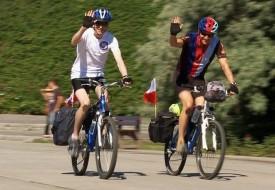 Anglicy na rowerach pomagają polskim żołnierzom