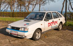 Nietypowe pojazdy na minuty: Polonez i tuk-tuki