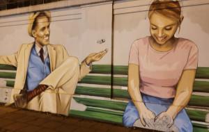 Mural z randkowiczami ozdobił mur kolejowy we Wrzeszczu
