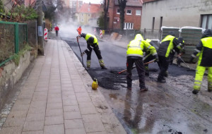 Robotnicy układali nawierzchnię jezdni w deszczu. Radny dzielnicy interweniował