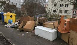Ulica na Siedlcach regularnie tonie w śmieciach