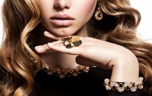 Sztrasy, perły, kamienie - jak dobierać  biżuterię do stroju