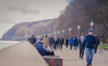 Tłumy spacerowiczów korzystają z pięknej...