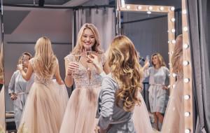 Szampan i rozmowy: wizyta w salonie sukien ślubnych