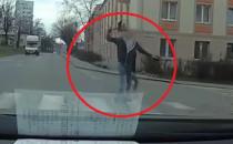 Wtargnął na ulicę i rzucił przedmiotem w auto