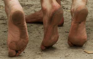 Nie tylko biedni chodzą boso. Marsz Neandertala