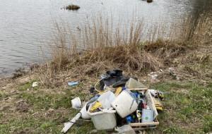 """Śmieci wokół Opływu Motławy. Czytelnik: """"Potrzebne fotopułapki"""""""