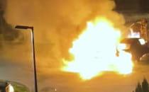 Dwa auta spłonęły w nocy na Szadółkach