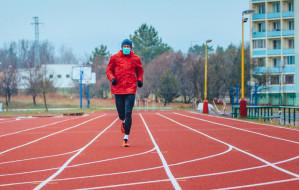 Bieganie w maseczkach szkodzi zdrowiu. Lepiej przenieść się do lasów