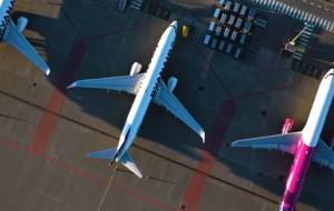 Samoloty na lotnisku czekają na pasażerów