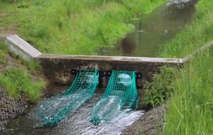 Testowe siatki na śmieci na potoku Strzyża