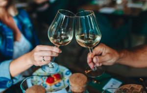 Korek jest lepszy od zakrętki? 6 powtarzanych mitów na temat wina
