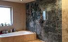Urządzanie łazienki. Tapeta albo farba zamiast płytek