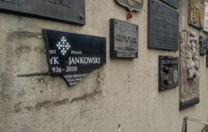 Zniszczono tablicę pamiątkową ks. Henryka Jankowskiego