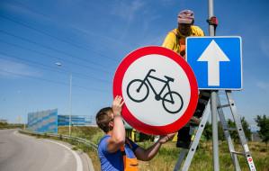 Nowe znaki zakazu dla pieszych i rowerzystów przed tunelem