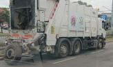 Pęknięta opona śmieciarki wybiła szyby w aucie obok