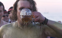 Tabaka, wódka z piwem i bieg z noszami. Za...