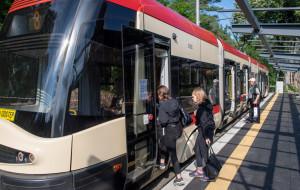 Powolny tramwaj przez Stogi. Jedzie z prędkością 5 km/h