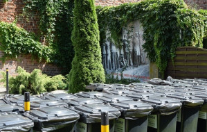 Śmietniki zniknęły spod muru, gdzie zapędzono polskich pocztowców