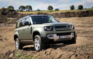 Stylowy Land Rover Defender pozostał dzielny w terenie