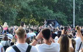 Brzeźno: Żabson dał koncert-niespodziankę na parkingu