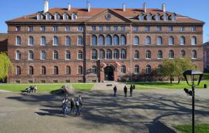 Sugestywny pomnik przy Muzeum Poczty Polskiej w Gdańsku