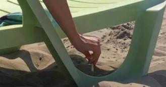 Gasiła papierosy w piasku na plaży