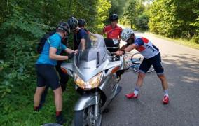 Rowerzyści pomogli poszkodowanemu motocykliście