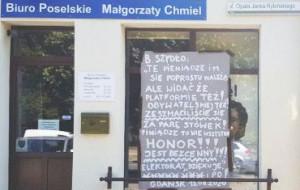 Transparenty na biurach poselskich przeciwko podwyżkom dla polityków