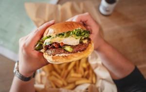Mięso jelenia, sos z whisky albo wege. Dokąd na burgera w Trójmieście?