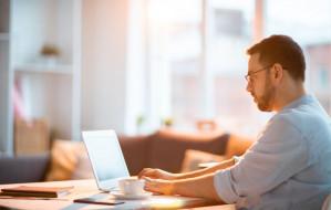 Praca zdalna czy w biurze - który model jest lepszy w dłuższej perspektywie?