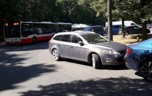"""Zaparkowane """"na dziko"""" auta blokują autobusy"""
