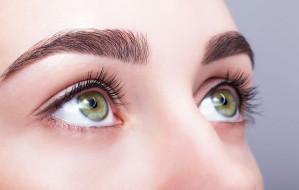 Doskonała oprawa oczu. Jakie zabiegi na brwi?