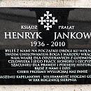 Tablica upamiętniająca ks. Jankowskiego wróciła na stoczniowy mur