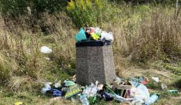 Śmieci wysypują się z koszy. Od teraz mają być odbierane częściej