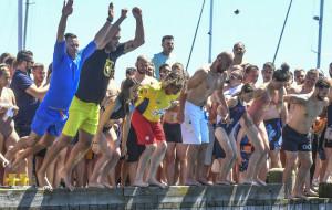 Skoczyli z mola do morza. Zebrali ponad 14 tys. zł na szczytny cel