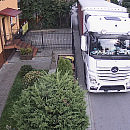 Ciężarówki wciąż rozjeżdżają wąską drogę. Nagrywają to mieszkańcy