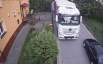 Ciężarówki wciąż rozjeżdżają wąską drogę....
