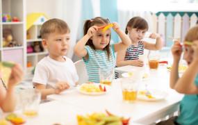 Parówki, jogurty czy dieta wegańska - co dzieci jedzą w żłobkach i przedszkolach?