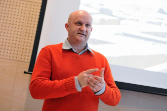 Wystawa poświęcona projektantowi Januszowi Kaniewskiemu z Mazdą w tle